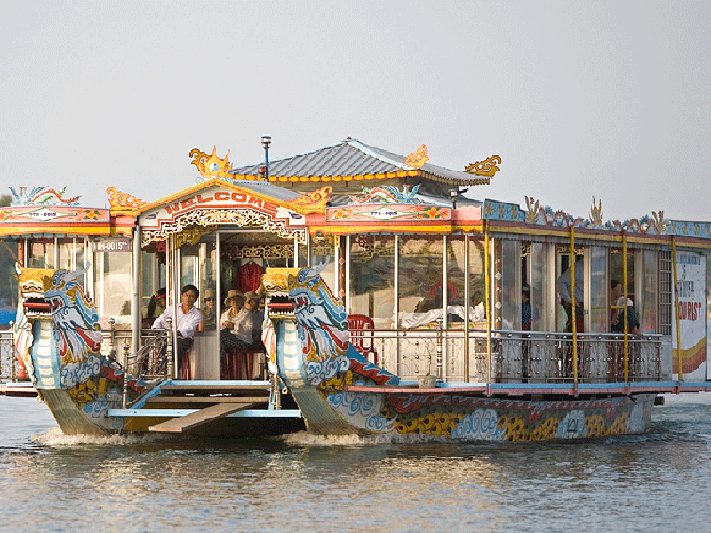 半日:フエ市内観光(ドラゴンボート&ティエンムー寺・世界遺産王宮)昼食無 ※ドラゴンボートは雨天の場合、中止することがあります。