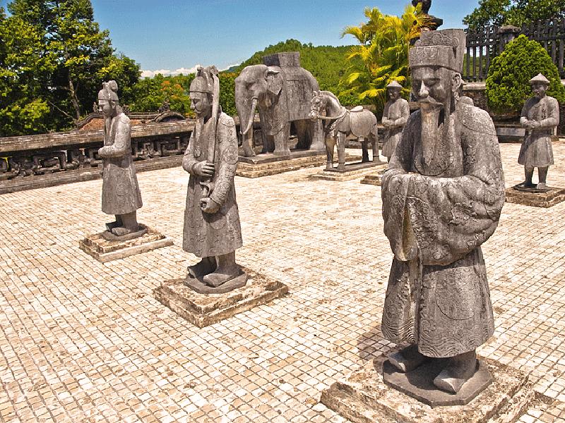一日:古都フエ観光(ドラゴンボート&ティエンムー寺・世界遺産王宮・ドンバ市場・トゥドゥック帝廟・カイデイン帝廟)昼食付※ドラゴンボートは雨天の場合、中止することがあります。また、毎年日にちが異なりますが、ホンチェン殿の祭りの際にはドラゴンボートが手配不可となります。その場合は、王宮博物館へご案内します。