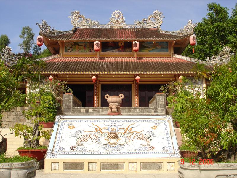 半日:ニャチャン市内観光(大教会、ロンソン仏教寺院、ポーナガール塔、ホンチョン岬、ダム市場)食事付