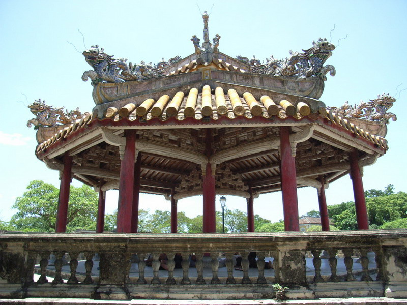 一日:古都フエ観光(カイデイン帝廟・世界遺産王宮・ティエンムー寺・ドラゴンボート乗船)昼食付 ※ドラゴンボートは雨天の場合、中止することがあります。