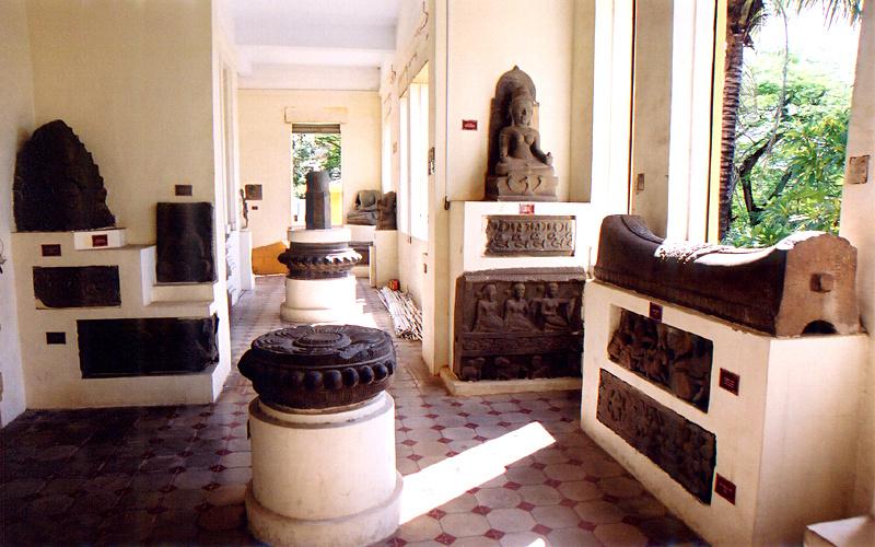 半日:ダナン市内観光(ダナン大聖堂、市場、チャム彫刻博物館、五行山)昼食付
