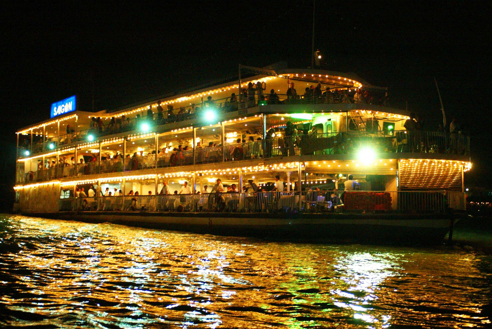 人気ナイトツアーの組み合わせ!水上人形劇観賞&サイゴン川ディナークルーズ(※夕食の際は他のお客様とご一緒に食事する可能性がございます。)