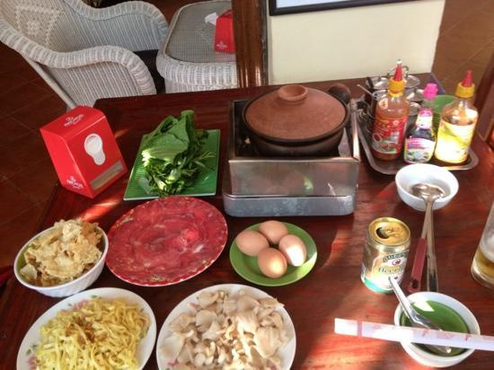 夕食:スープドラゴン Soup Dragon (カンボジア鍋料理)メニュー:牛肉、卵、野菜、肉団子、麺