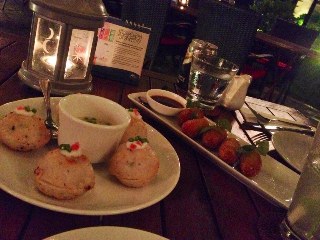 夕食:マルム Marum (クメール料理)蓮のチキンサラダ、マヨネーズ入りキノコのライスボウル、ポークリブタマリンド風味、ジャスミンライス、クレープとココナッツともち米菓子