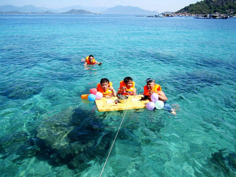 半日:スピードボートで島散策(食事無)
