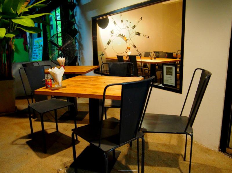 夕食:カンボジアゲテ物料理!!(BUGS CAFE バグスカフェ) 昆虫を中心にした、ゲテ物料理です。