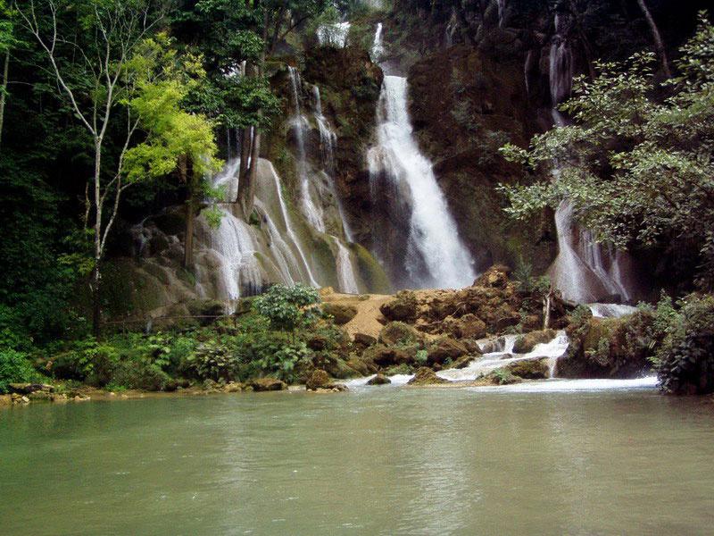 半日:クアンシー滝&モン族の村訪問