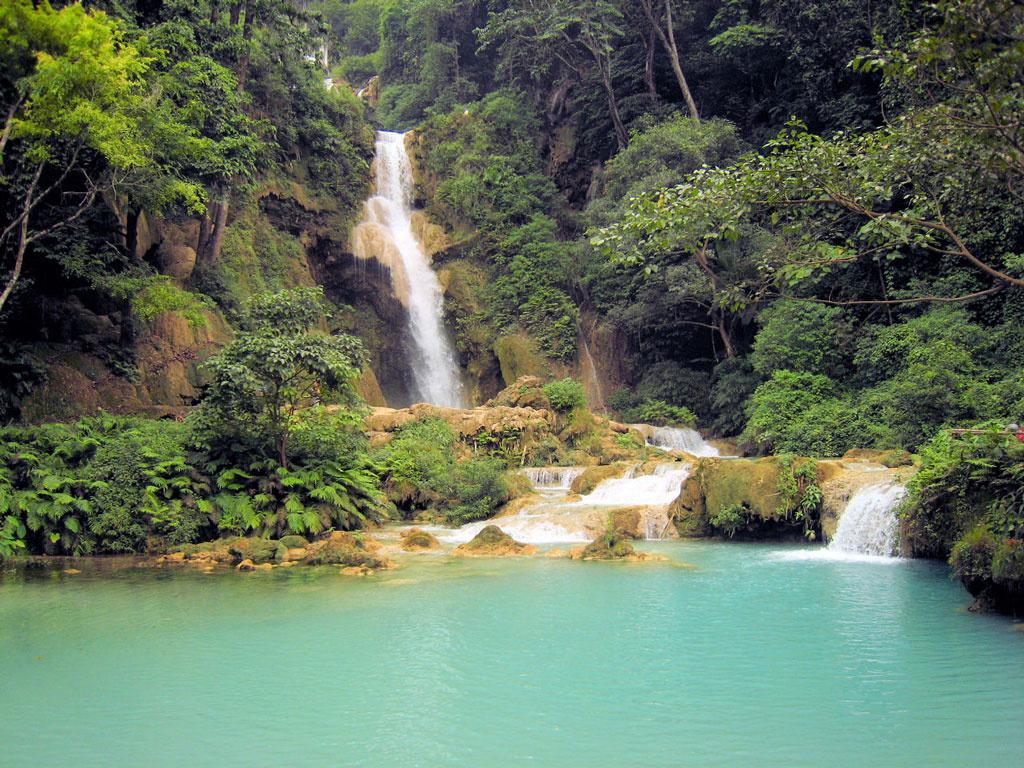 一日:市内観光とクアンシー滝と少数民族村(昼食付)