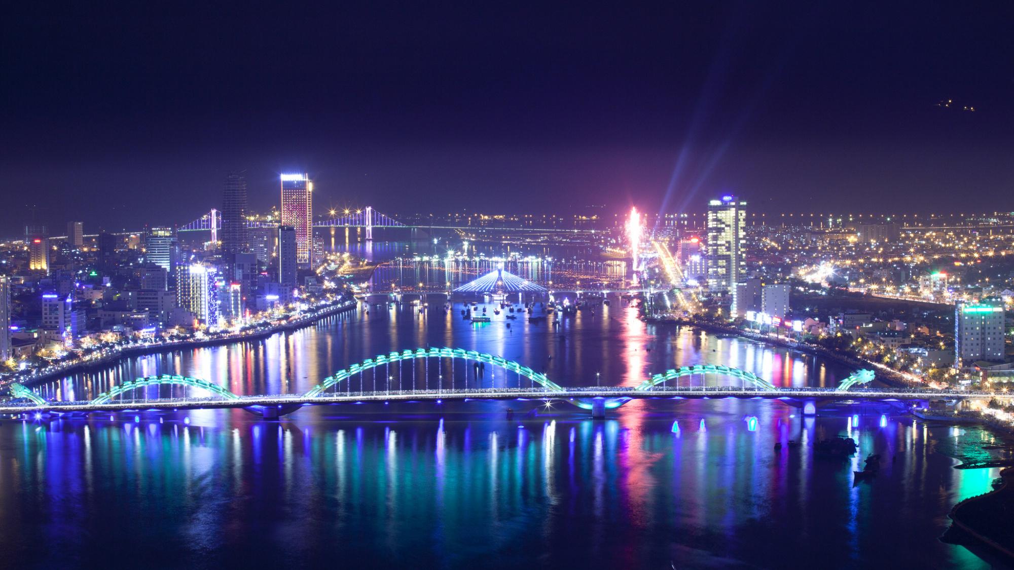 土・日限定!ダナンナイトツアー(愛の桟橋、鯉の登龍像、ドランゴン橋炎と水のショー、地元で人気のベトナム料理夕食)