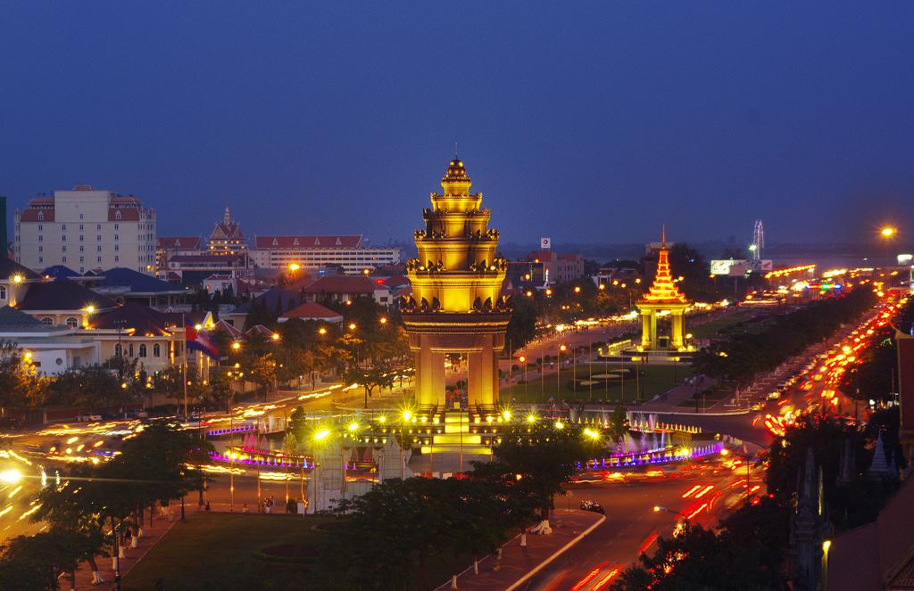 週末限定!夜のプノンペン観光(独立記念塔、ワットプノン、ナイトマーケット)
