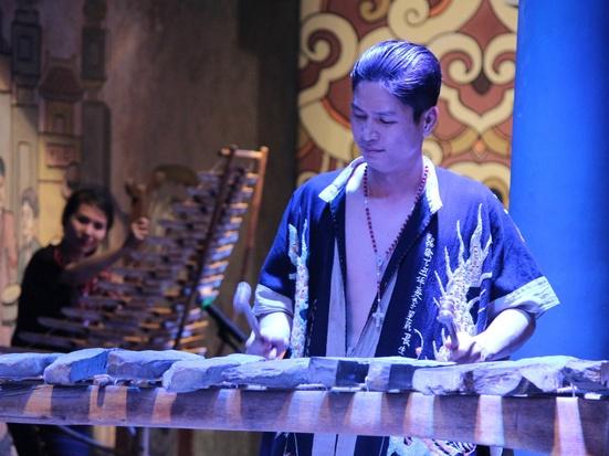 ベトナム伝統のアオザイ&カルチャーショー(Si Hoang Show)と夕食(飲茶NGAN DINH SAIGON)※水・木・土・日のみ催行