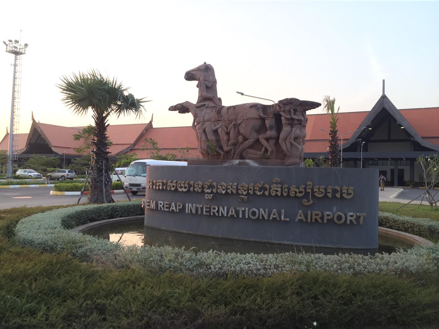 シエムリアップ空港到着後、混載車にてホテルへ