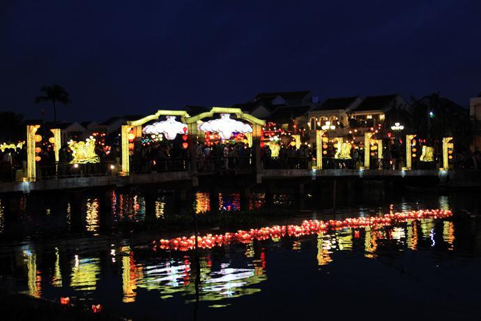16:30発 世界遺産ホイアン夜の観光+灯篭流し(ホイアン3大名物の夕食付)