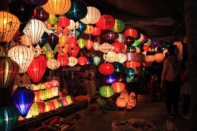世界遺産ホイアン夜の観光+灯篭流し(ホイアン3大名物の夕食付)