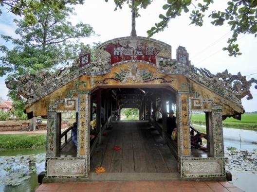 半日:フエ郊外にあるタントアン村と初代皇帝のザーロン帝陵 (昼食無)