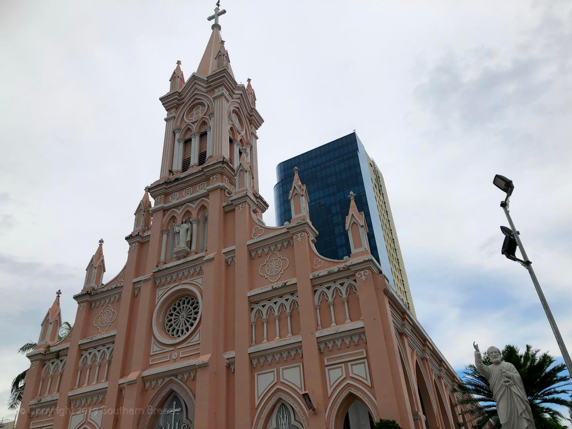 半日:ダナン市内観光 (ダナン大聖堂、市場、チャム彫刻博物館、五行山)